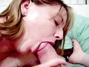 Fru sväljer en stor kuk