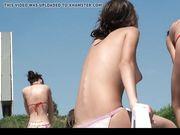 Trevliga bröst på den offentliga stranden