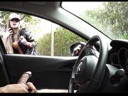 Tjejen tittar på en svart man onanerar i bilen