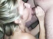 En utställnings fru gör oralsex med en främling på den offentliga stranden